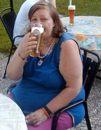 [img]http://www.beepworld.de/memberdateien/members18/weihnachtsmann2002/ilona_mit_bier.2.jpg[/img]